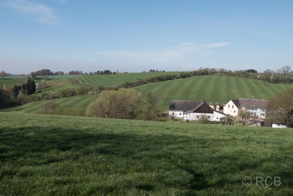 Hügellandschaft mit Bauernhof bei Wülfrath am Neanderlandsteig