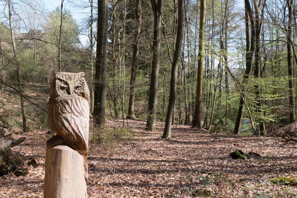 Holzskulptur einer Eule am Neanderlandsteig bei Neviges