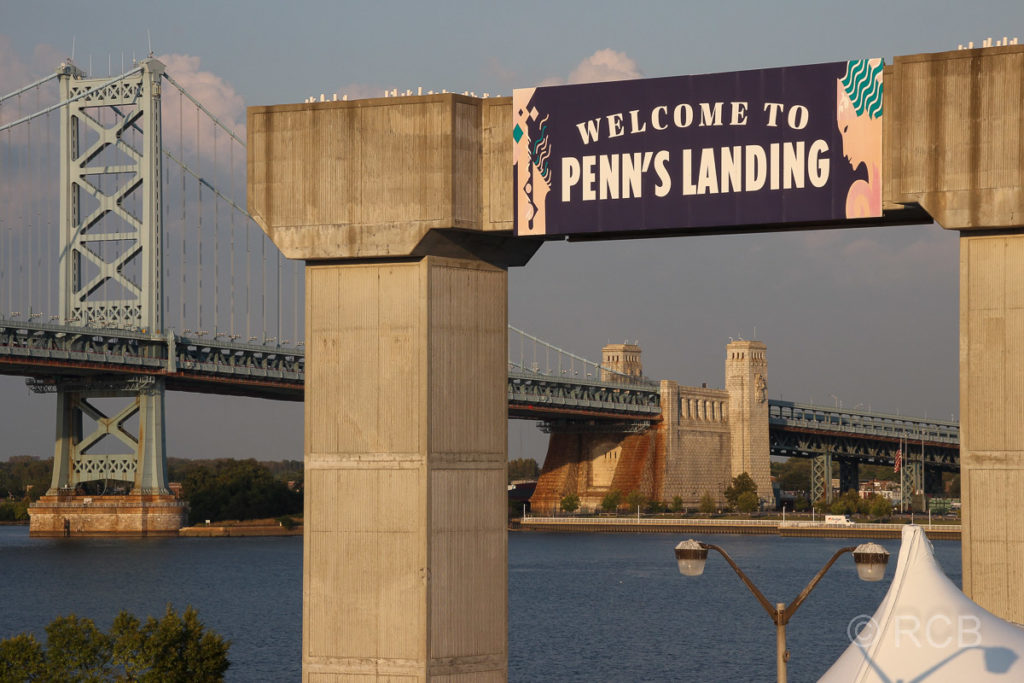 Benjamin Franklin Bridge, von Penn's Landing aus gesehen