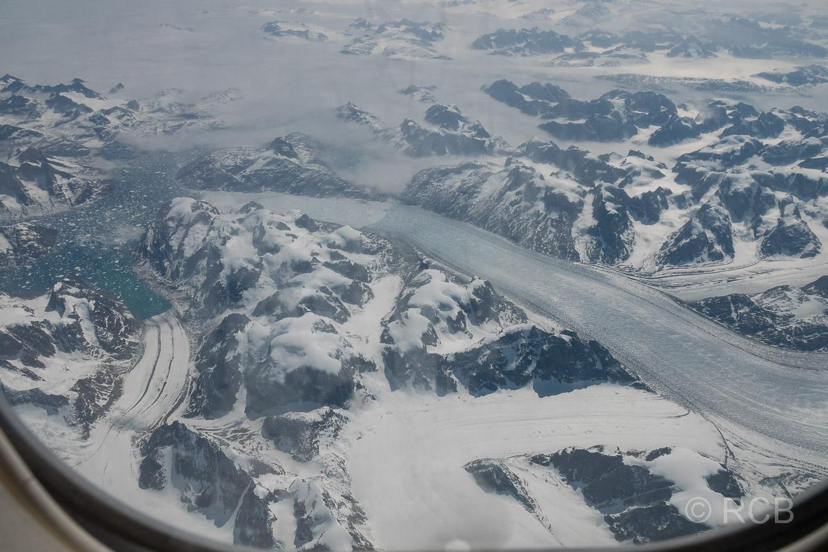 Blick aus dem Flugzeugfenster auf Grönland