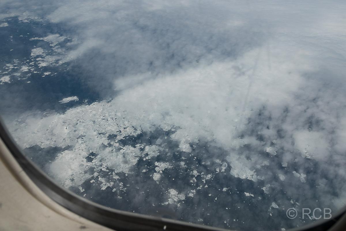 Blick aus dem Flugzeugfenster auf die Hudson Bay