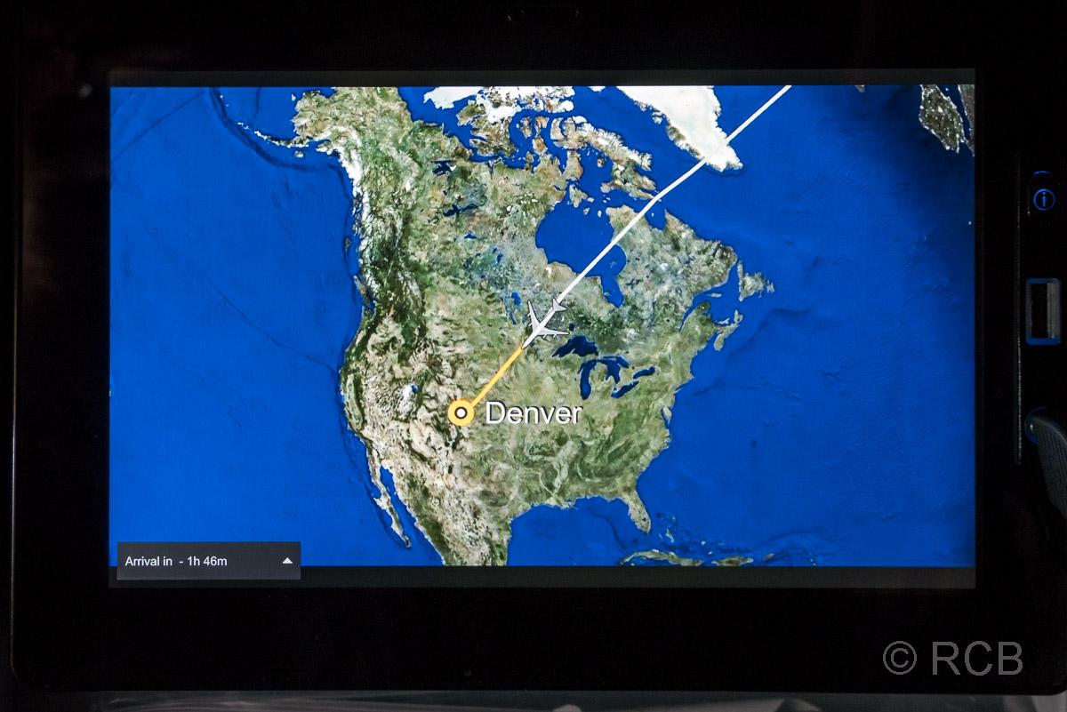 Monitor im Flugzeug mit Karte der USA