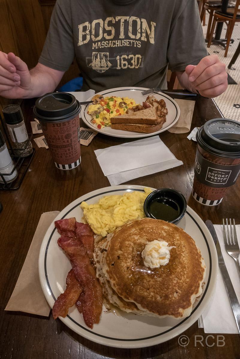 Frühstückstisch in der Corner Bakery, Denver
