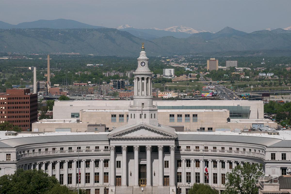 Blick vom Capitol auf Denver City Council und Rocky Mountains