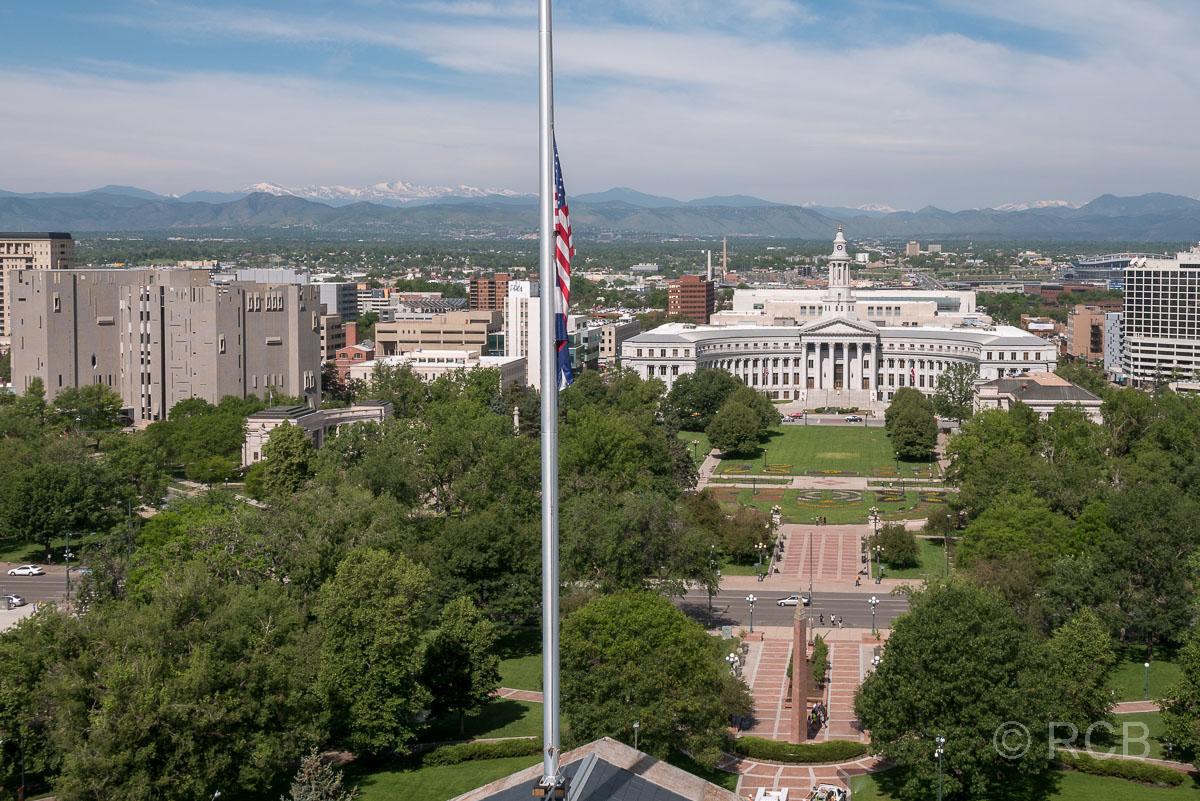 Blick vom Capitol auf Civic Park, Denver City Council und die Rocky Mountains