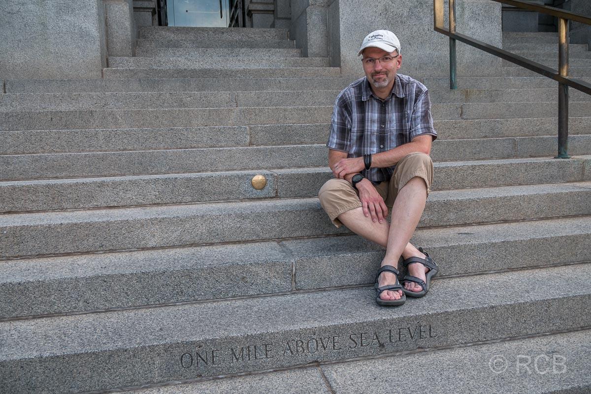 Mann auf den Stufen des Capitols, Denver