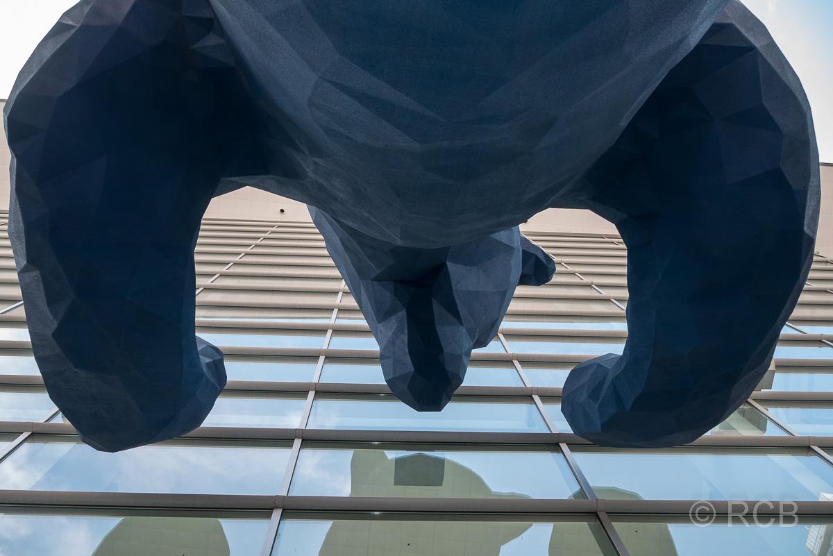 """I see what you mean"" - Skulptur von Lawrence Argent - der blaue Bär am Colorado Convention Center"