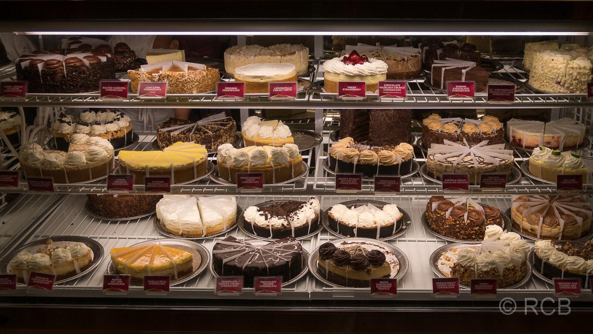 Kuchentheke in der Cheesecake Factory, Denver