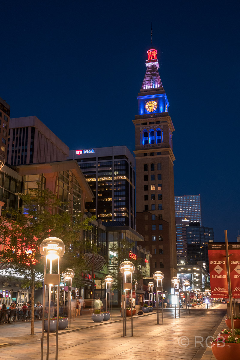 16th Street Mall mit Daniels & Fisher Tower bei Nacht