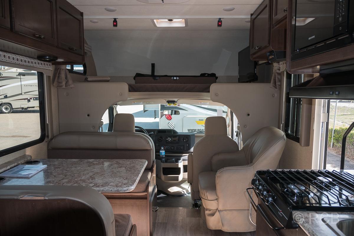 Blick in ein Wohnmobil mit Fahrerkabine und Sitzgruppe