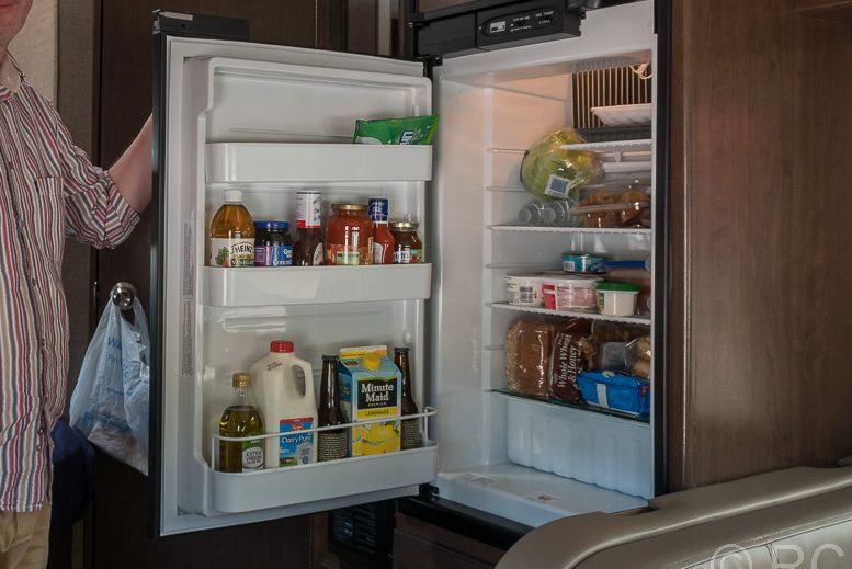 Blick in einen gefüllten Wohnmobilkühlschrank