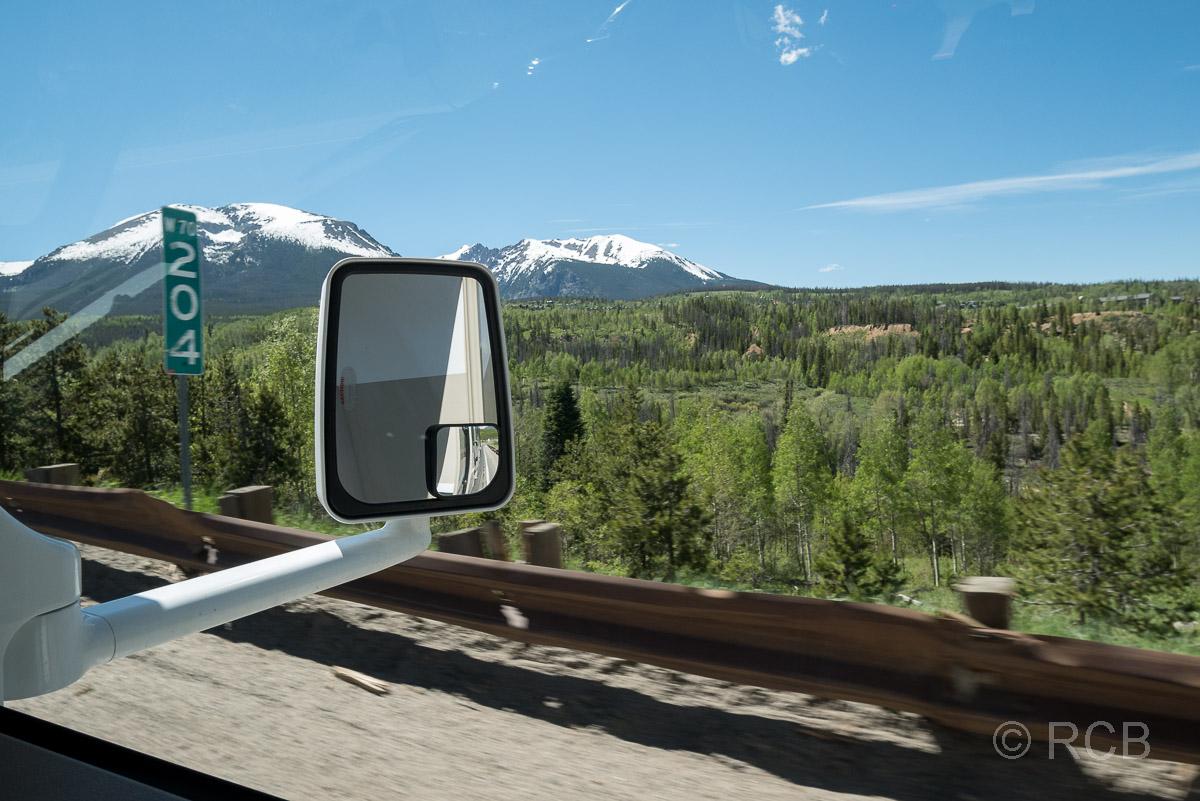 Blick aus dem Seitenfenster eines Wohnmobils während einer Fahrt durch Colorado