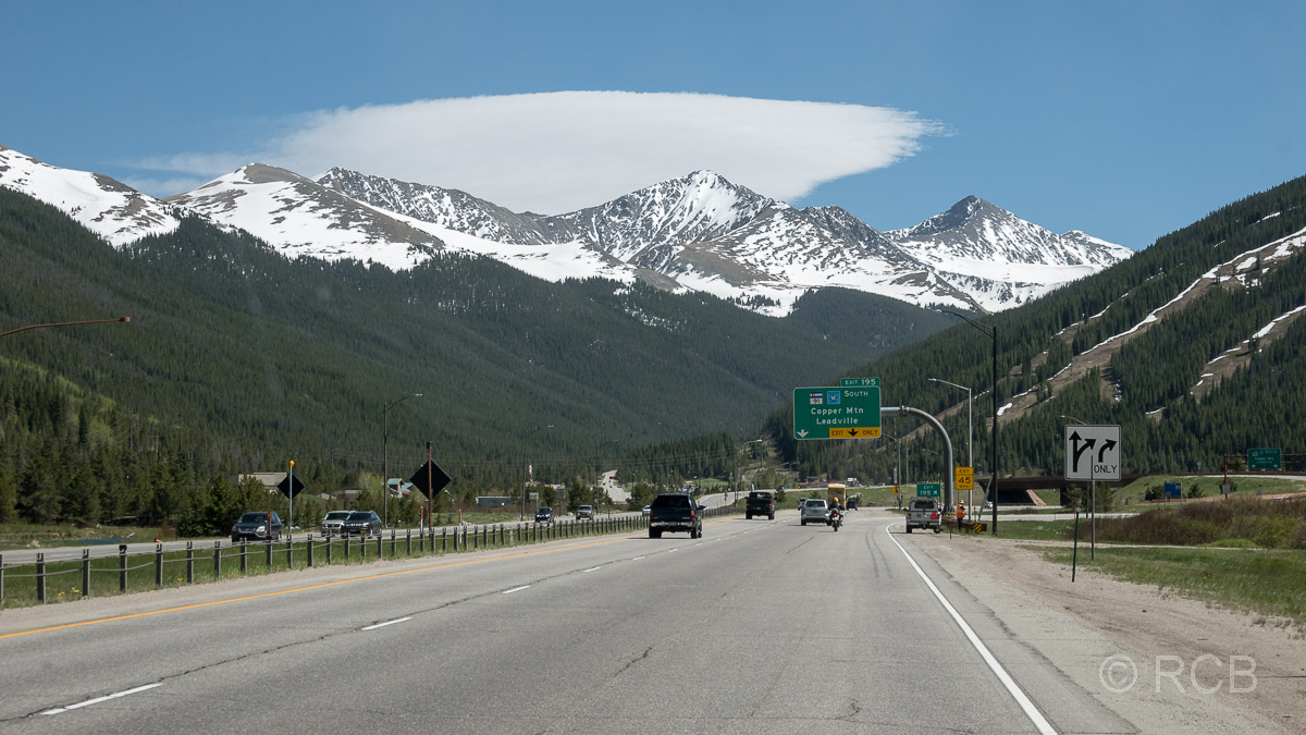 Blick aus dem Wohnmobil auf die Straße während einer Fahrt durch Colorado