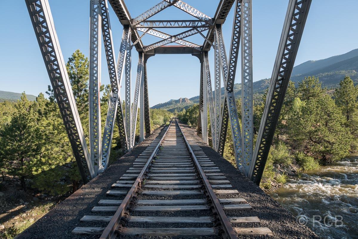Blick durch eine Eisenbahnbrücke