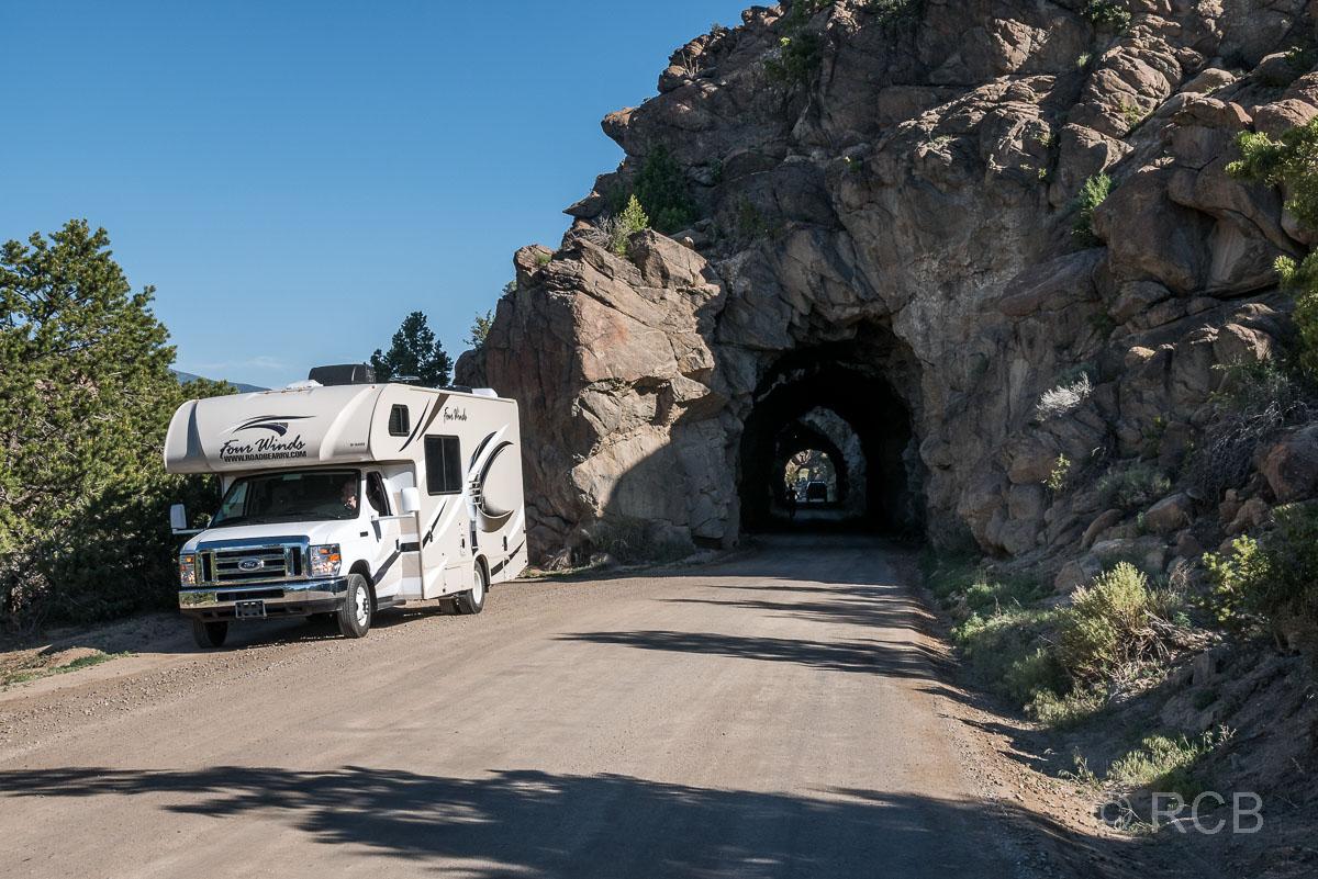 Wohnmobil vor Tunnel auf dem Weg zum Railroad Bridge Campground