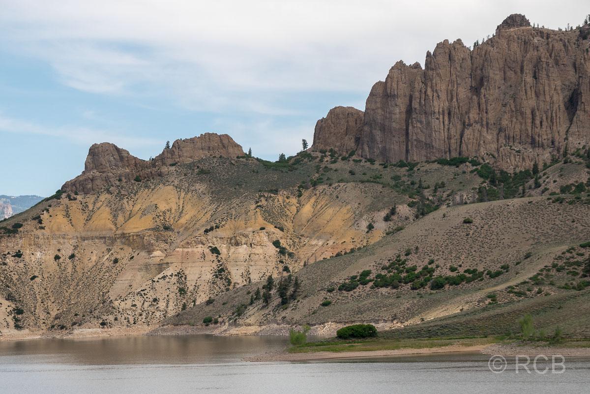 """Felsformationen """"Pinnacles"""" am Blue Mesa Reservoir"""