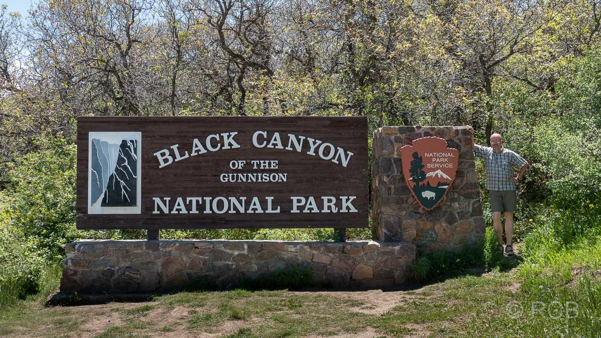 Mann vor dem Eingangsschild zum Black Canyon of the Gunnison National Park