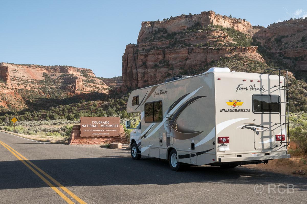 Wohnmobil bei der Einfahrt zum Colorado National Monument