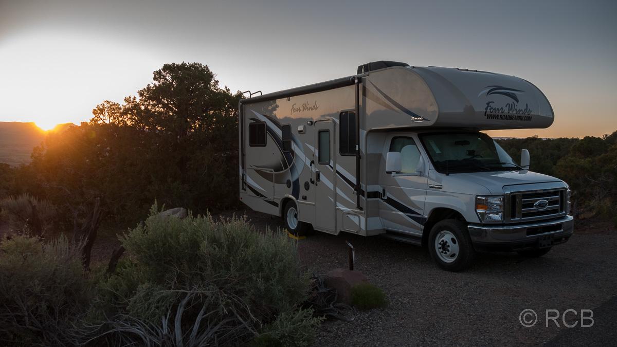Wohnmobil beim Sonnenaufgang am Saddlehorn Campground