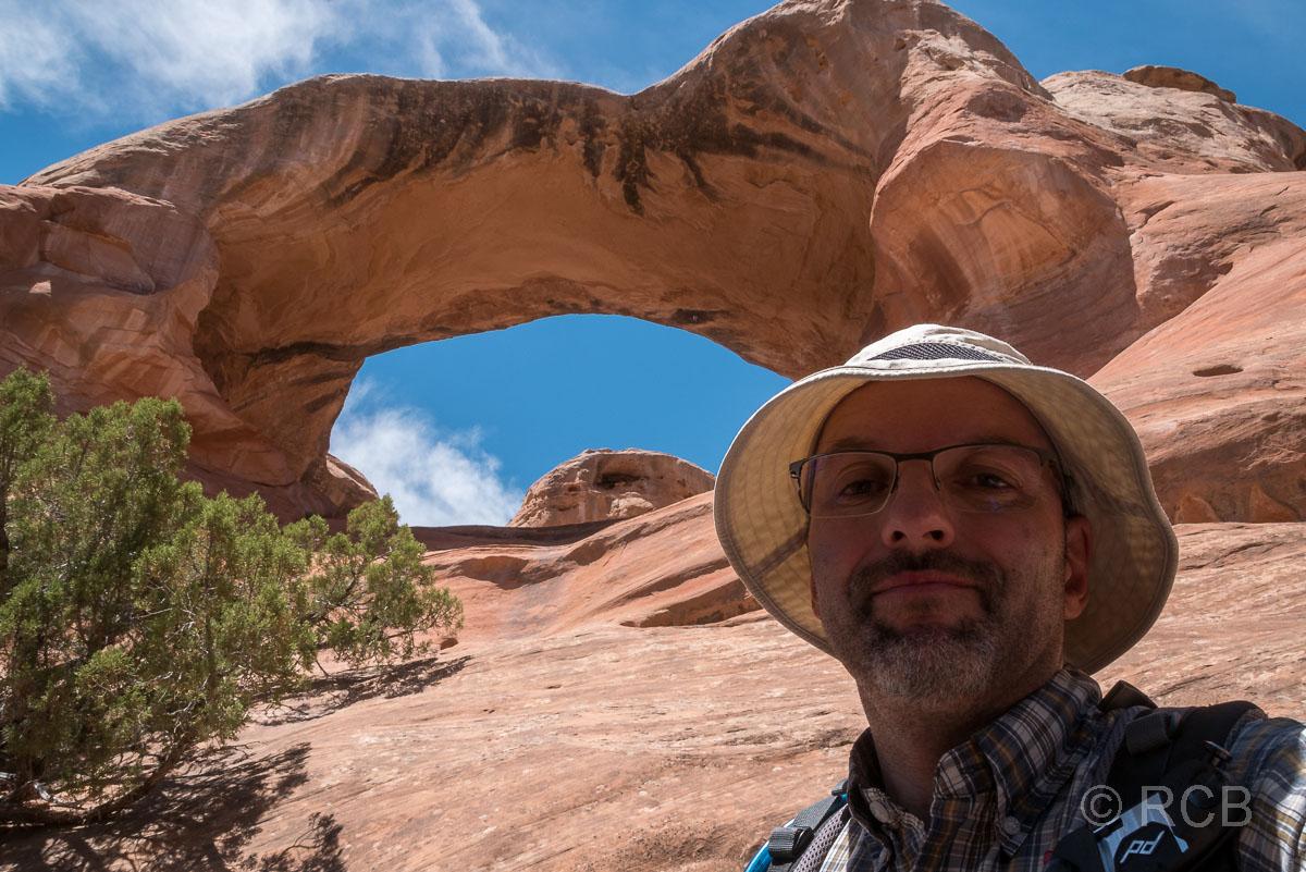 Mann vor dem steilen Aufstieg durch den Rainbow Arch, Rattlesnake Canyon