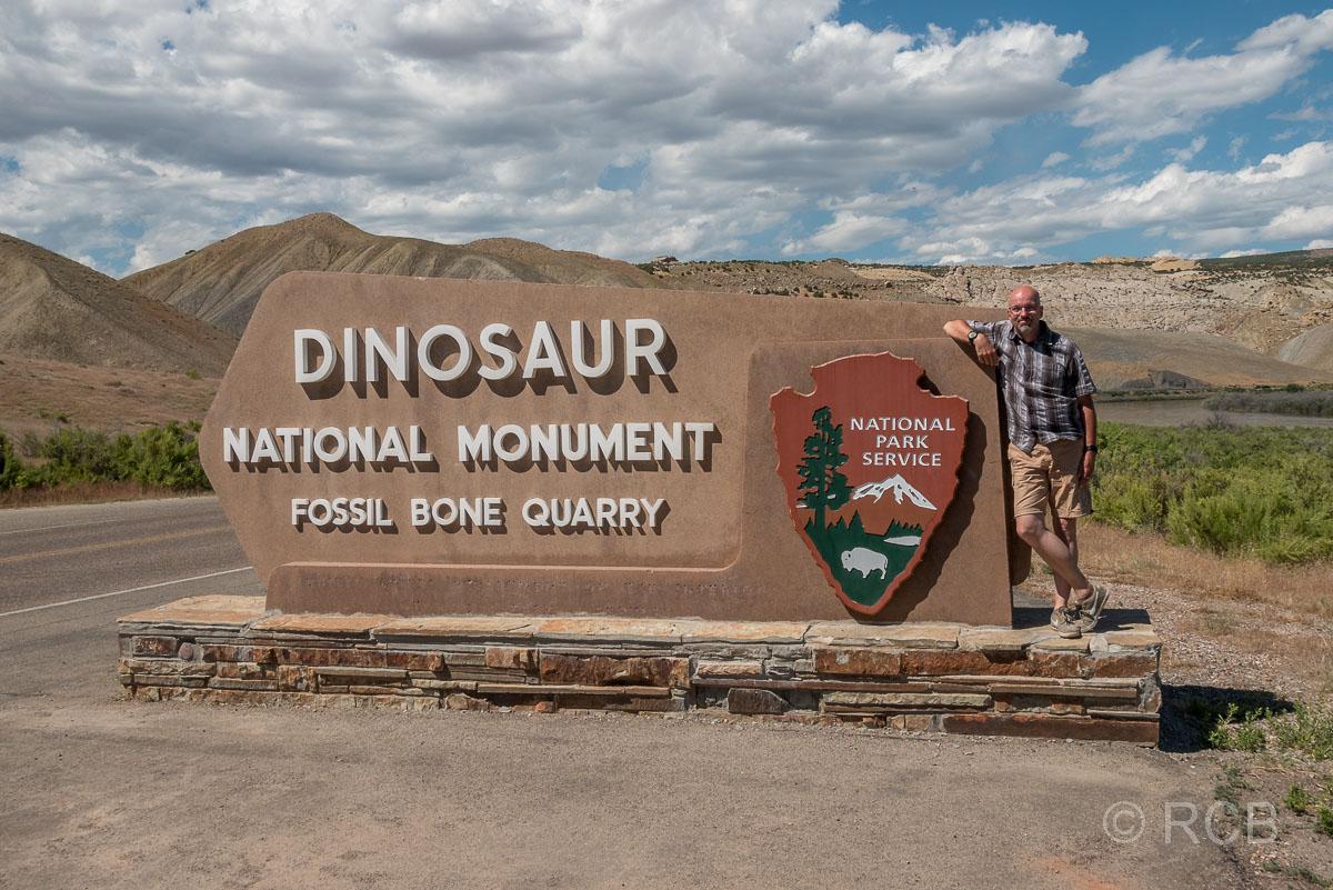 Mann am Eingang zum westlichen Teil des Dinosaur NM