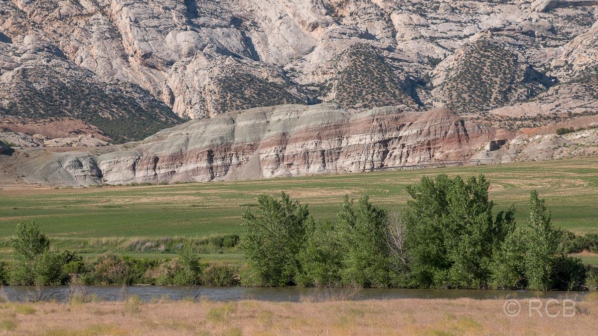 Green River mit bunten Felsen im Hintergrund