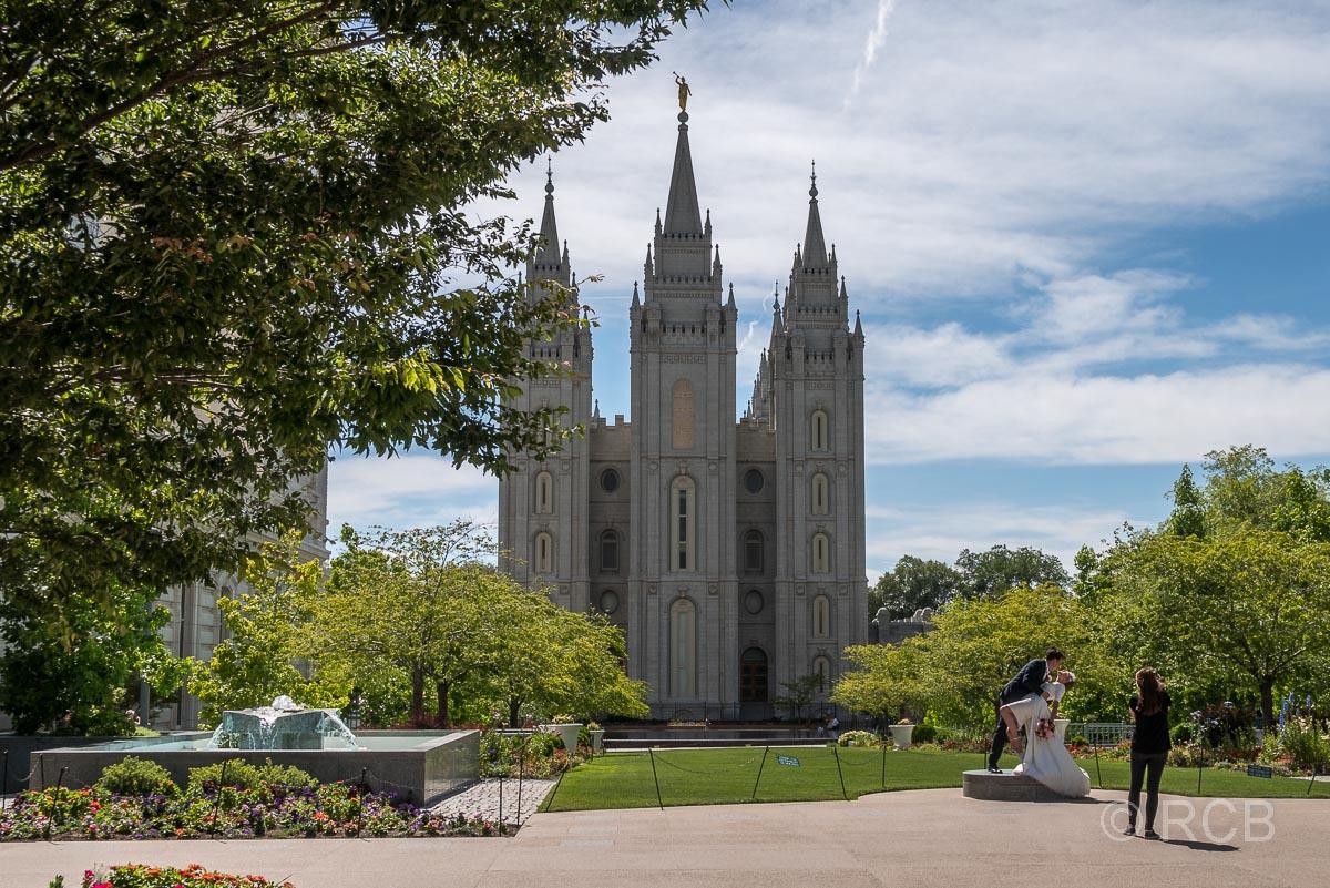 Brautpaar posiert vor dem Salt Lake Temple