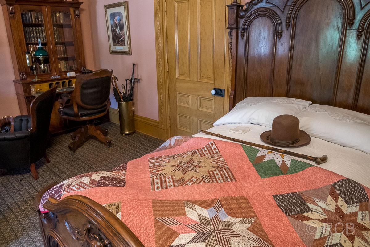 Bett mit Hut und Stock im Beehive House, Salt Lake City