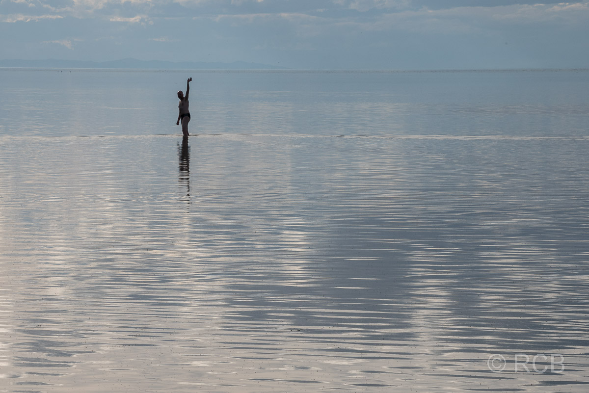 Mann winkt kurz vorm Bad im Great Salt Lake