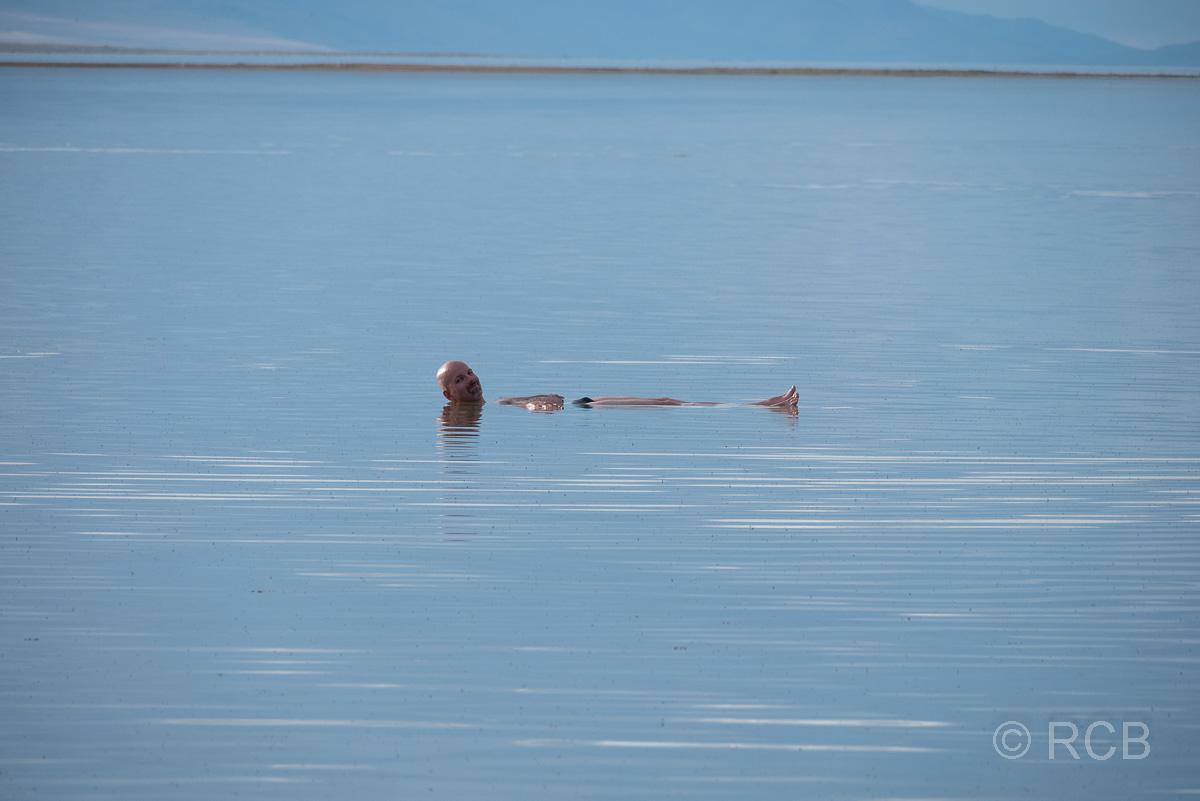 Mann badet im Great Salt Lake