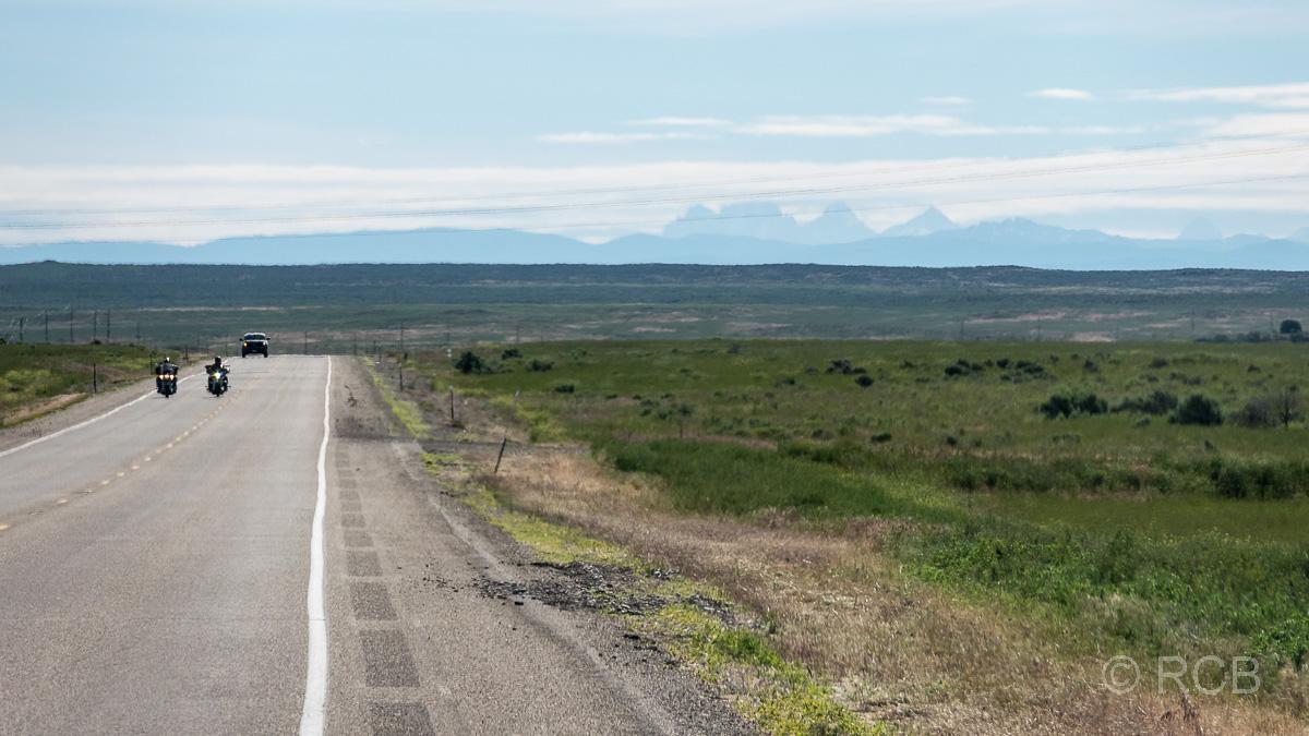 Straße in Idaho mit den Tetons in der Ferne