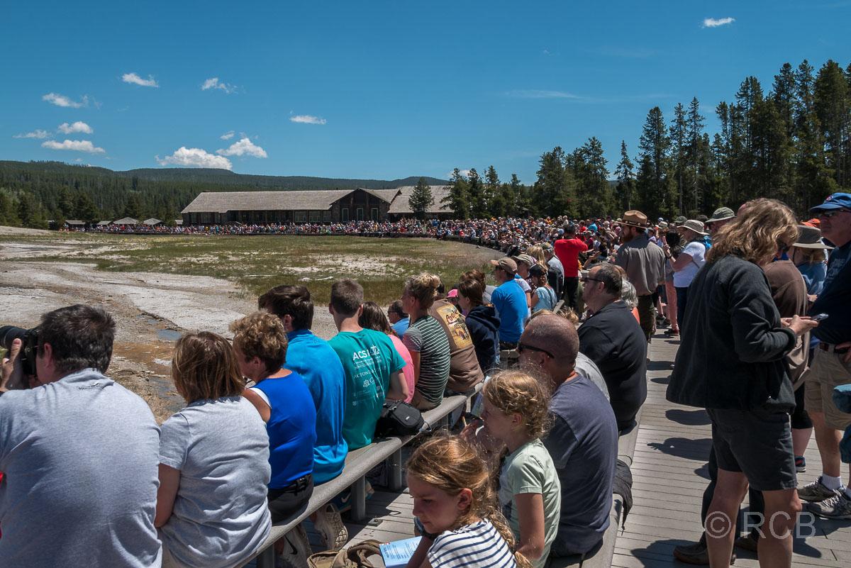 Menschen warten auf den Ausbruch am Old Faithful Geyser, Yellowstone NP