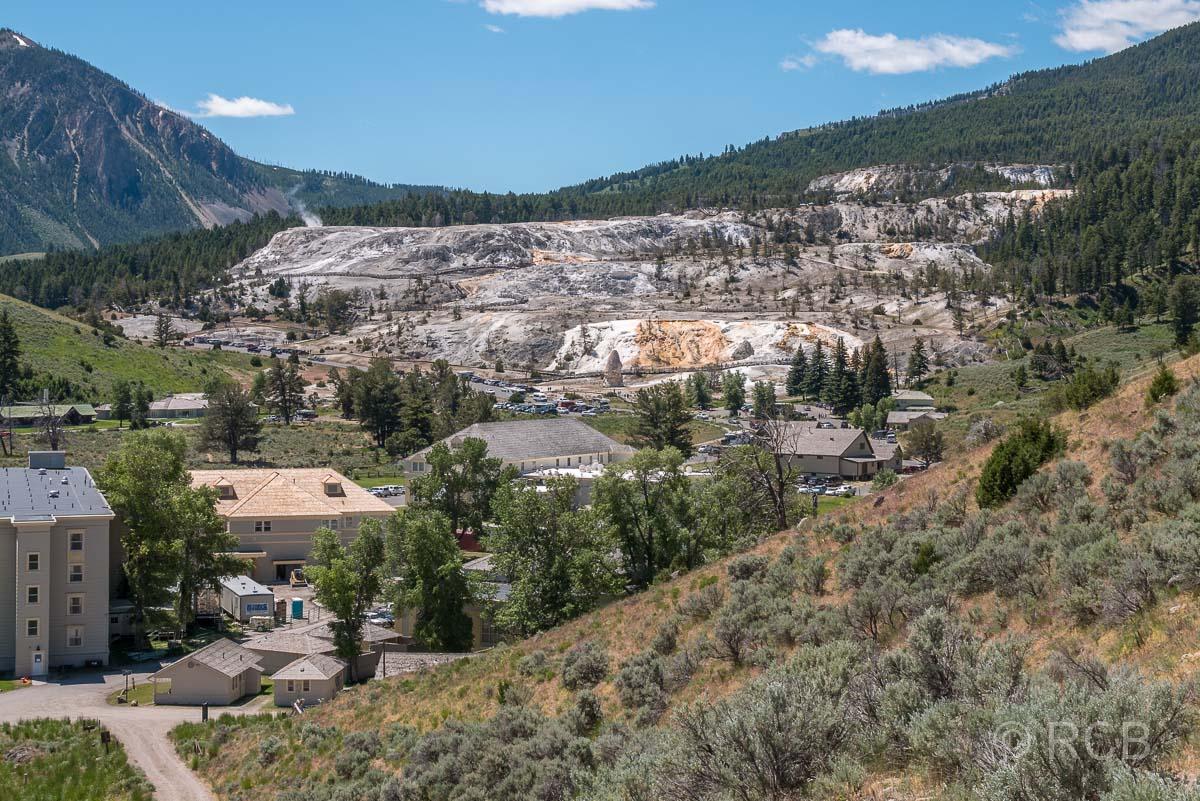 Blick über Mammoth Hot Springs, die Lower und die Upper Terraces, Yellowstone NP