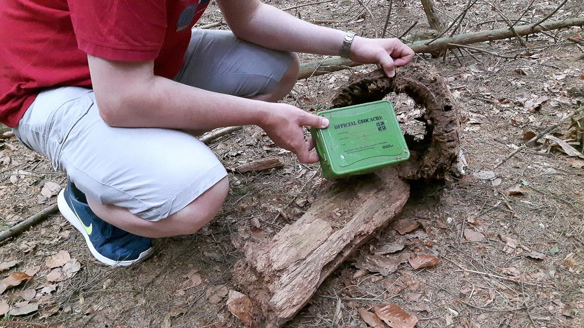 Mann findet einen Geocache