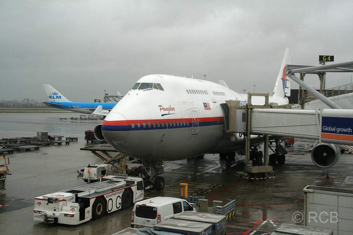 Flugzeug der Malaysian Airlines im Flughafen Amsterdam