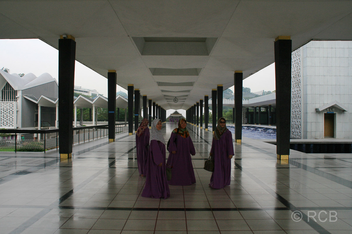 Frauen im Hof der Nationalmoschee