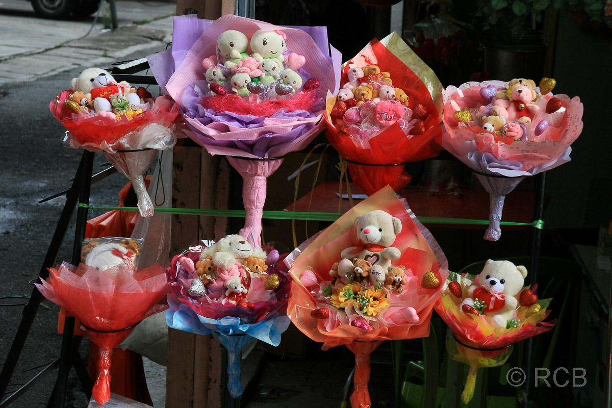 bunte Blumensträuße mit Teddies in Chinatown