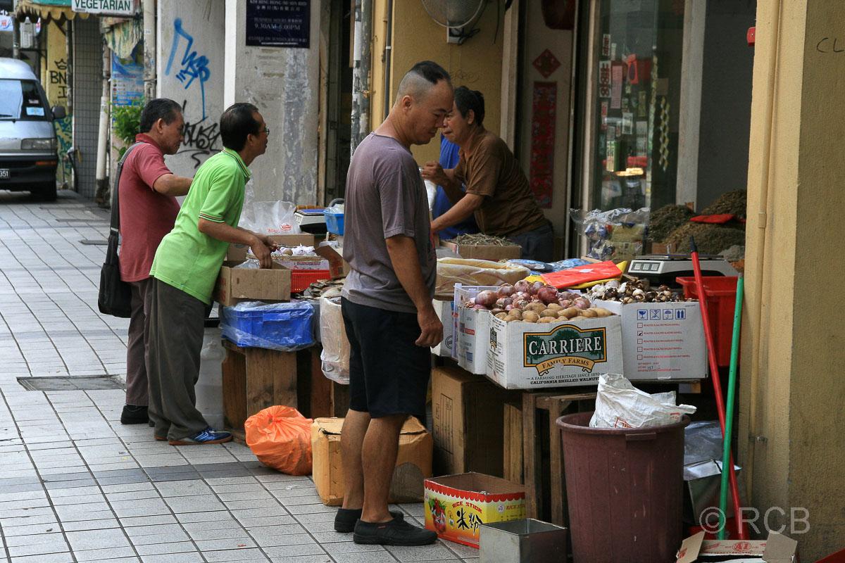Leute vor Einkaufsauslagen in Chinatown