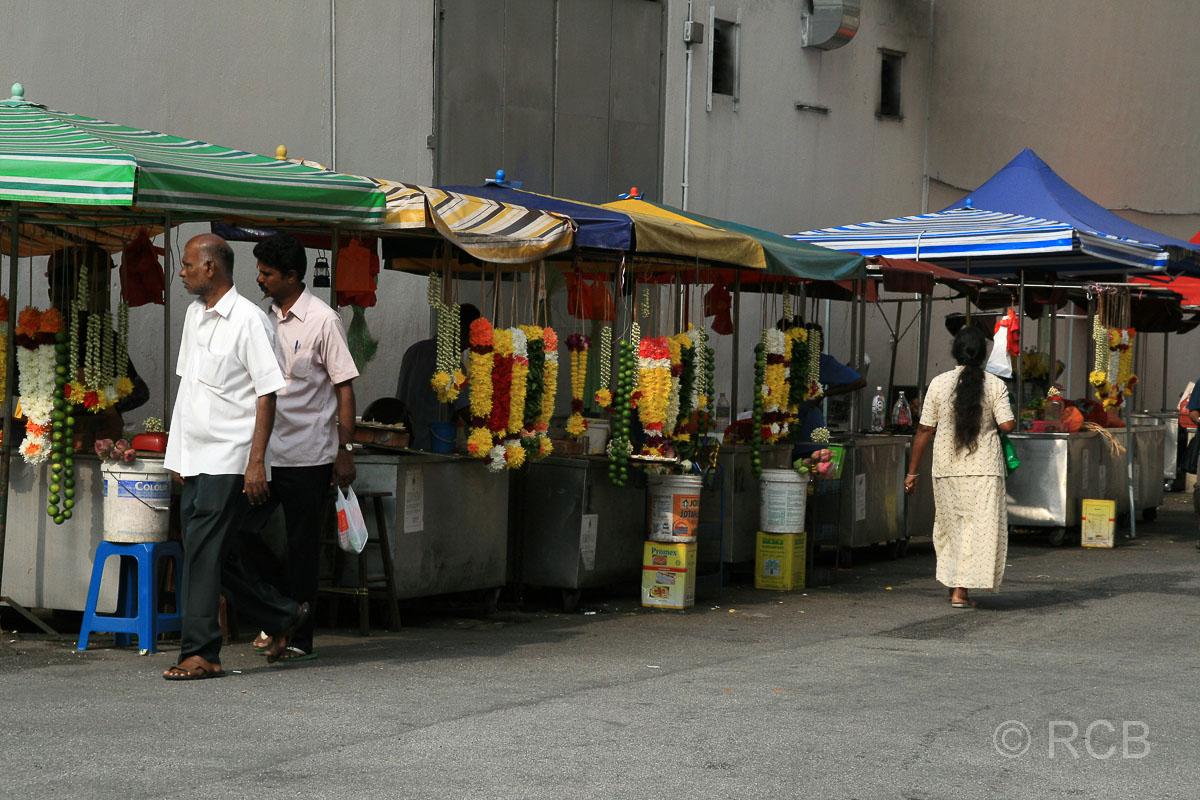 Blumenverkäufer vor dem Sri Mahamariamman-Tempel