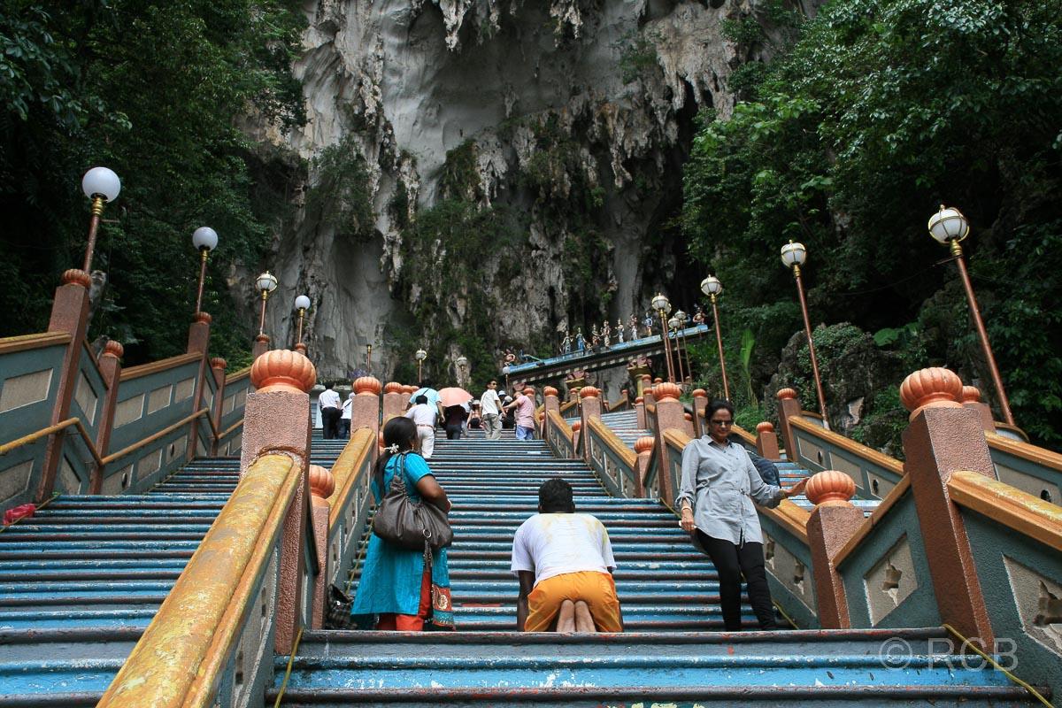 Pilger erklimmt auf Knien die Stufen der Batu Caves