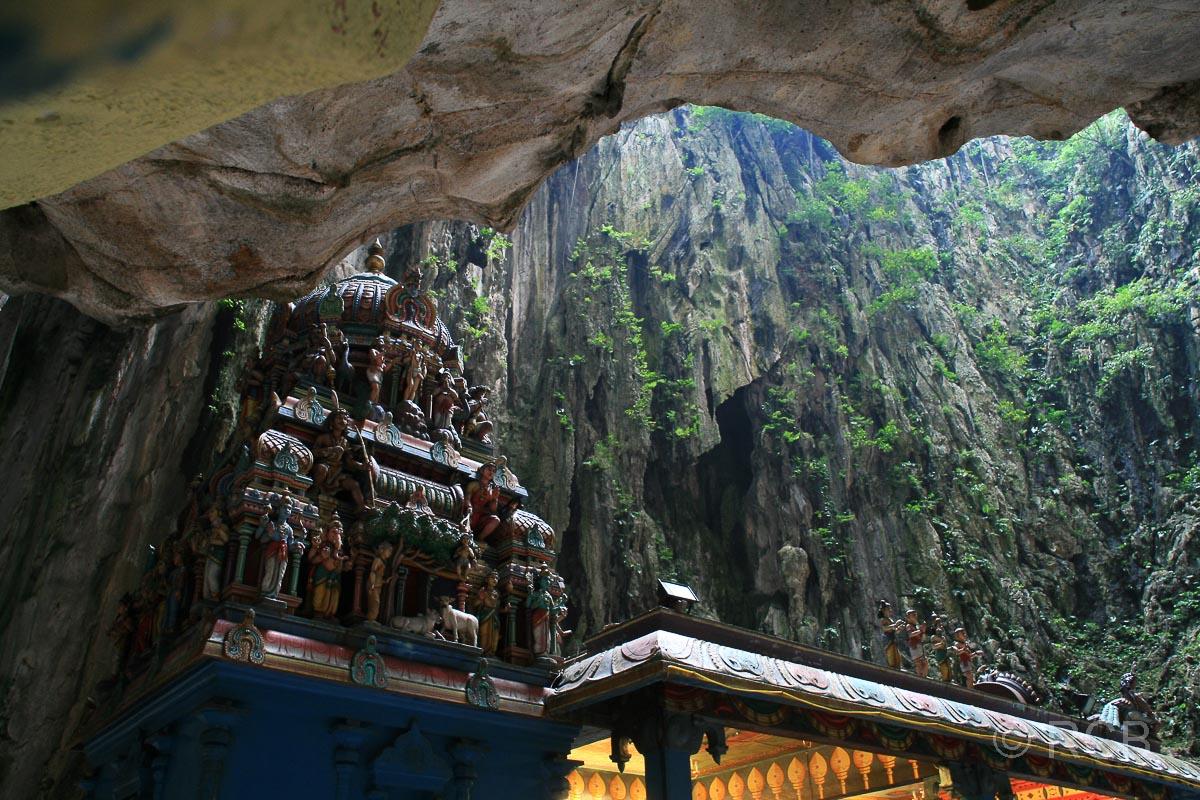 Tempel im Inneren der Batu Caves mit Blick durch eine Öffnung in den Himmel