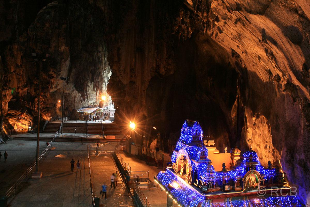 Inneres der Batu Caves mit erleuchtetem Tempel