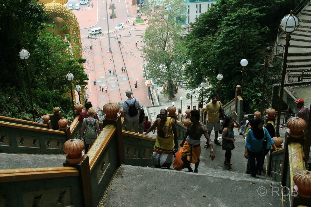 Blick die Stufen hinab von den Batu Caves aus