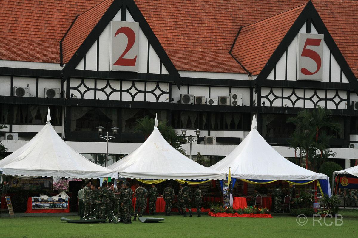 Häuser im englischen Fachwerkstil und davor Info-Stände des malaysischen Militärs am Merdeka Square