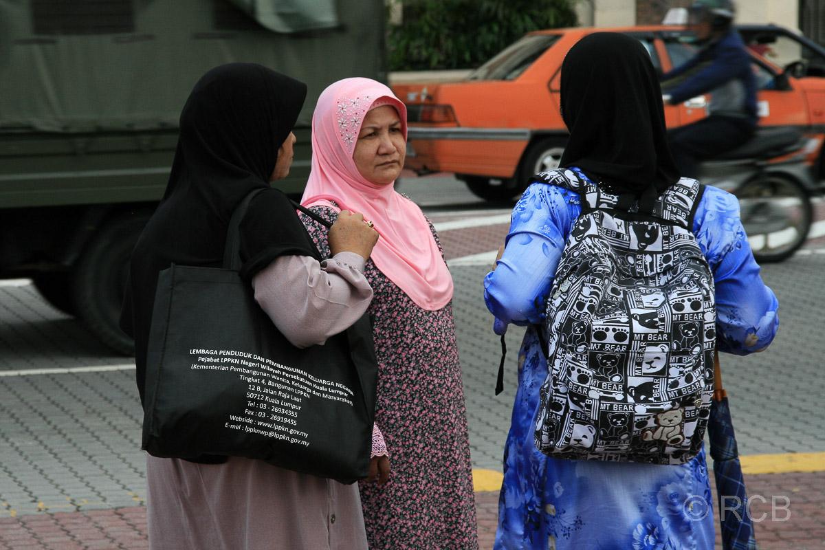 muslimische Frauen unterhalten sich am Merdeka Square