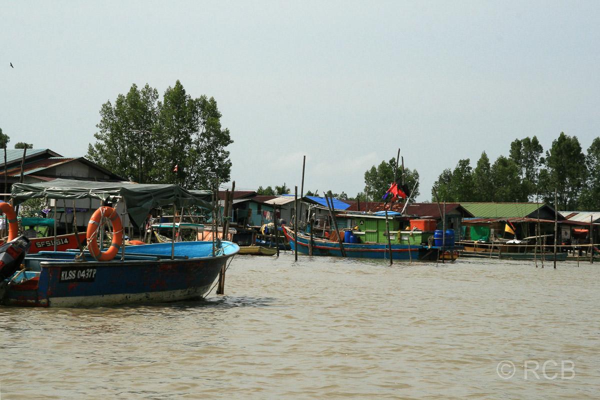 Fischerdörfer während der Bootsfahrt zum Bako Nationalpark