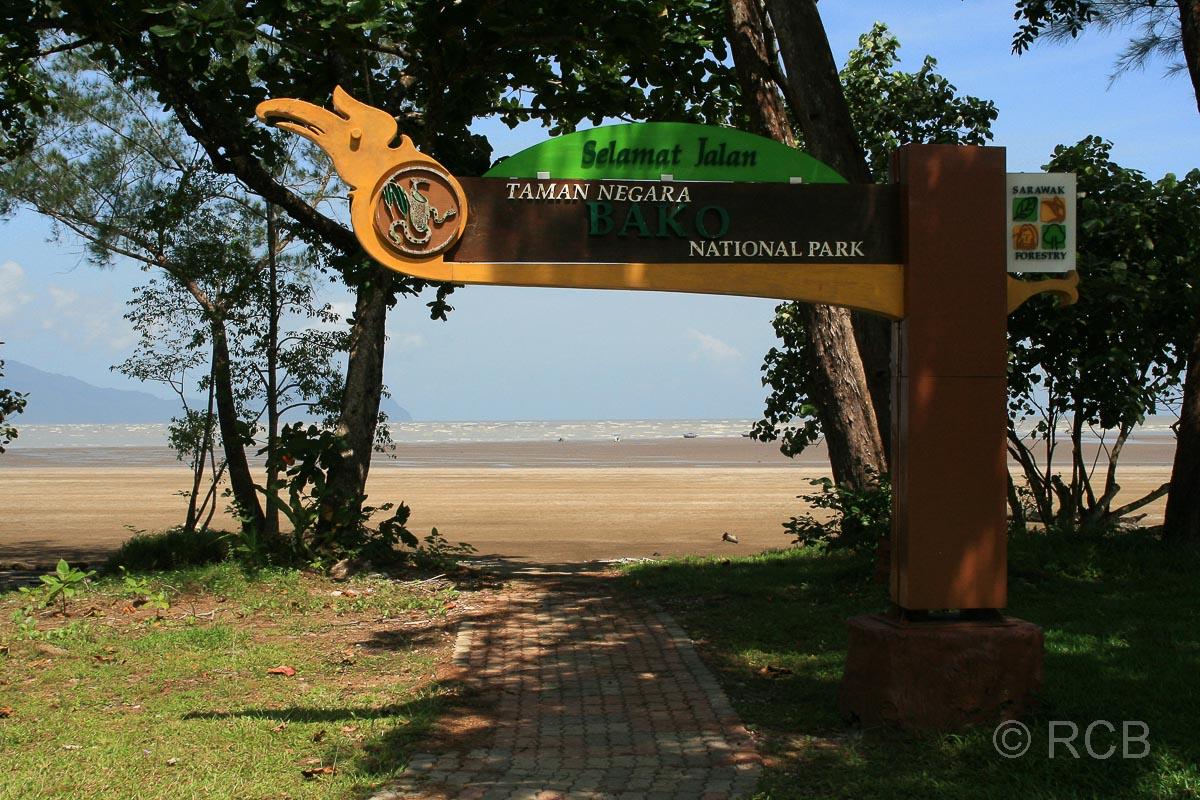 Begrüßungsschild am Strand im Bako Nationalpark