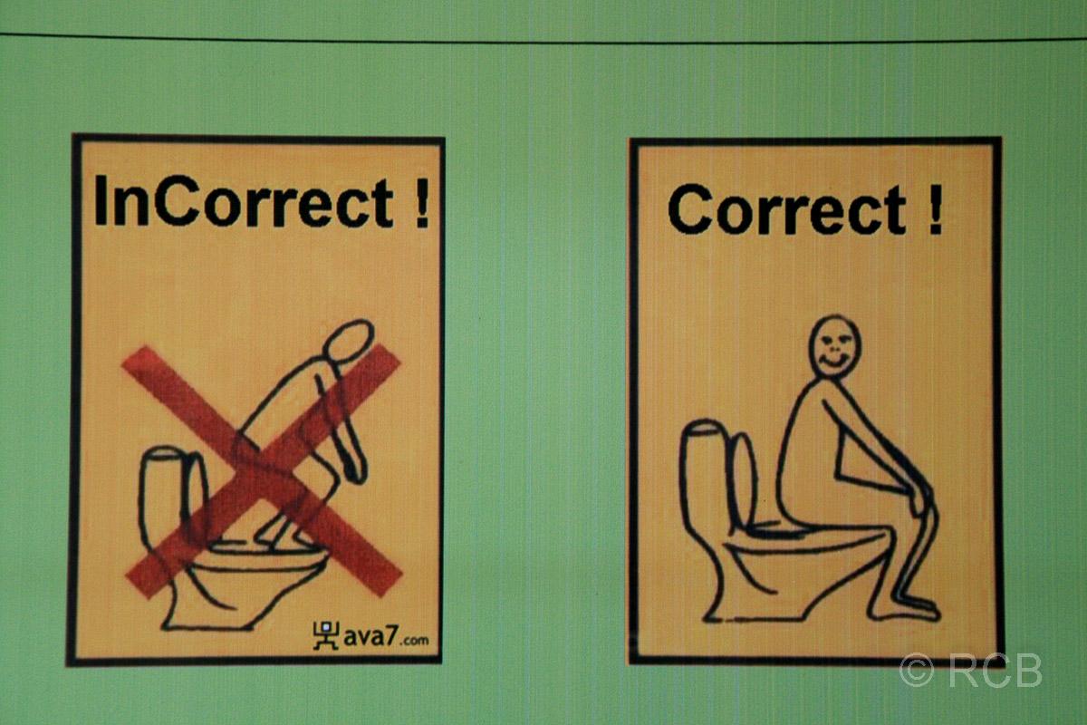 Hinweisschilder für die korrekte Benutzung europäischer Toiletten