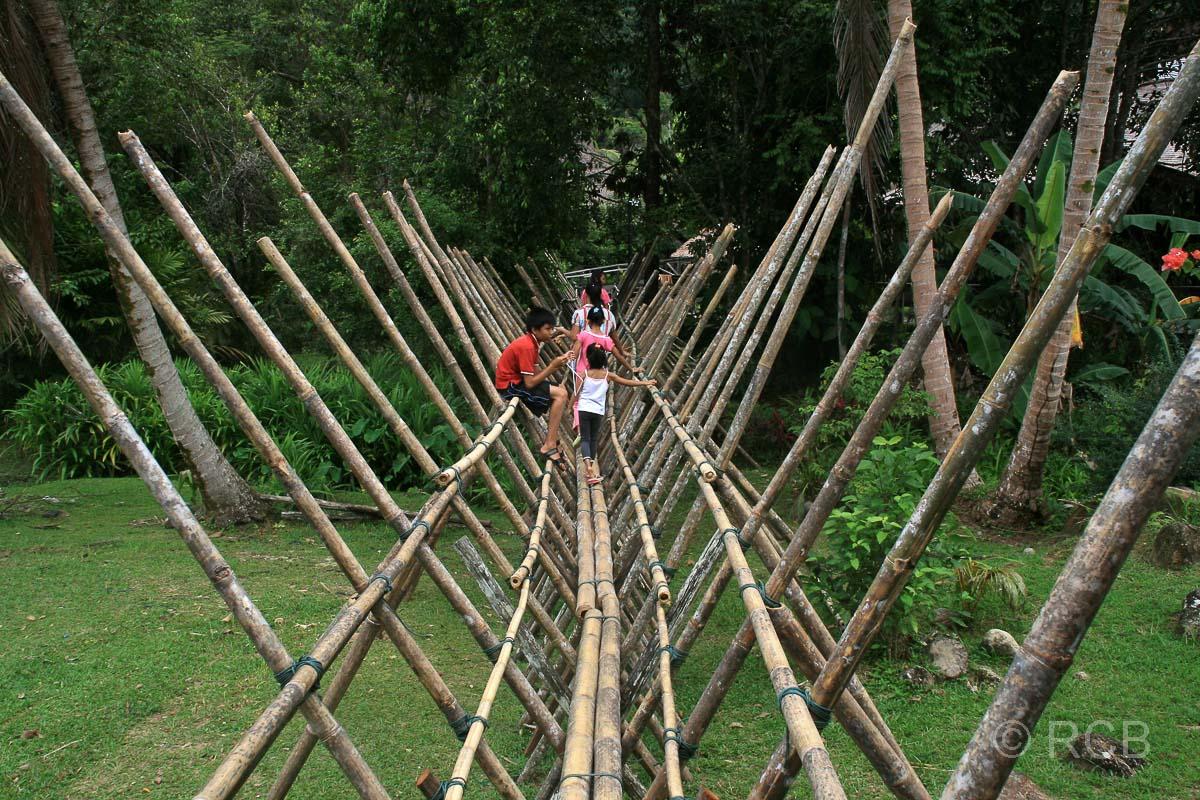 Brücke aus Holzstangen, Sarawak Cultural Village