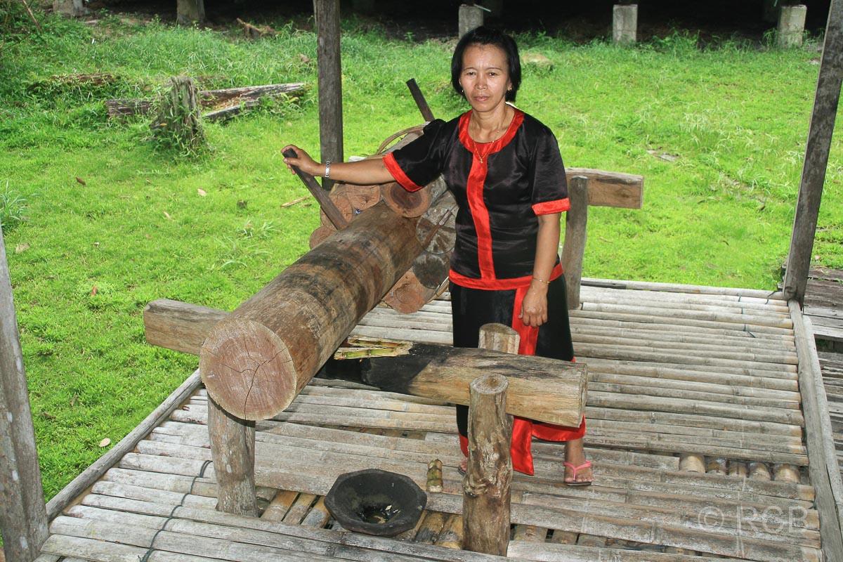 Frau an einer Zuckerrohrpresse, Sarawak Cultural Village